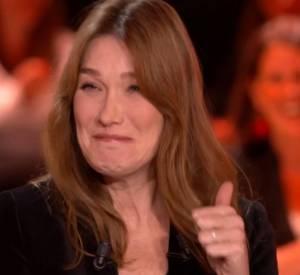 La réaction surprenante de Carla Bruni-Sarkozy lorsqu'elle lit un tweet méchant qui lui est destiné.
