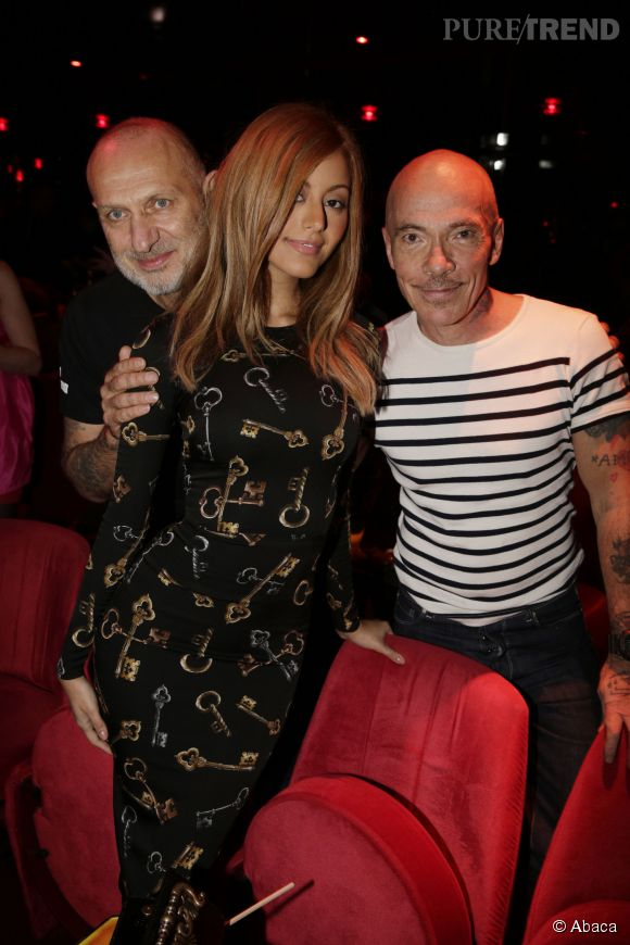 Zahia entourée du duo d'artistes Pierre et Gilles qui l'ont choisi pour muse au Crazy Horse à Paris le 9 novembre 2014.
