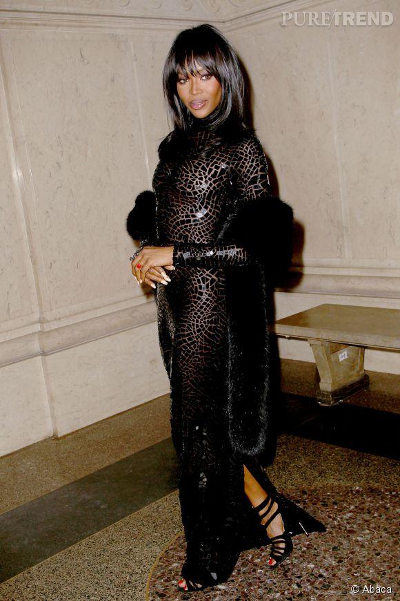 Naomi Campbell, allure animale, attitude féline dans sa robe moulante et brillante en Tom Ford pour le gala du Musée d'histoire naturelle de New York, le 20 novembre 2014.