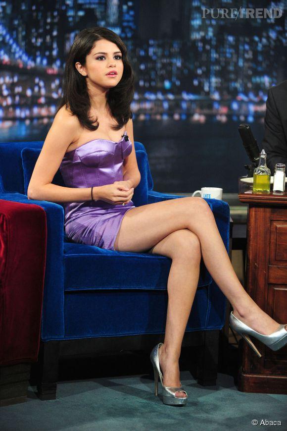 """Selena Gomez, très sexy sur le plateau du """"Late Night"""" de Jimmy Fallon en 2010. Elle n'a alors que 17 ans."""