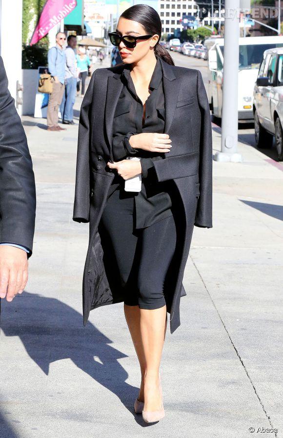 Kim Kardashian, tirée à quatre épingles pour une pause manucure.