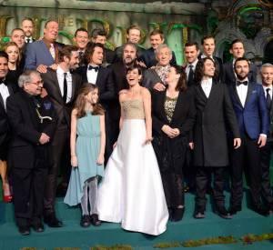 """Réunie sur les marches de l'Odeon Leicester Square, l'équipe du troisième volet du """"Hobbit"""" a posé complice. Visiblement, Orlando Bloom s'est montré très drôle."""