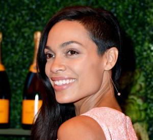 Depuis quelque mois, Rosario Dawson affiche un half-hawk, coupe qui consiste à raser les cheveux d'un côté de la tête.