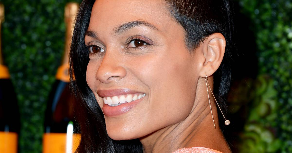 depuis quelque mois rosario dawson affiche un half hawk coupe qui consiste raser les cheveux. Black Bedroom Furniture Sets. Home Design Ideas