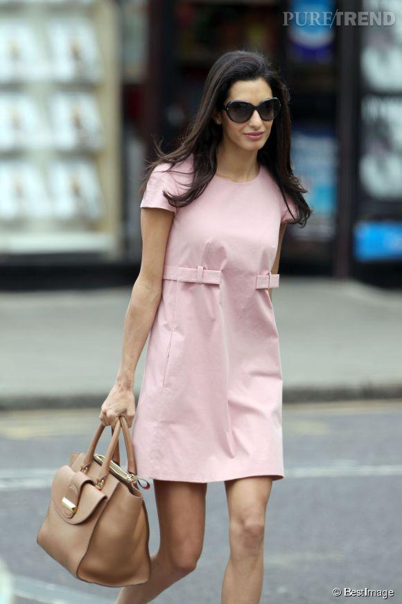 """Amal Clooney avec le it bag Ballin qui porte désormais son prénom """"The Amal""""."""