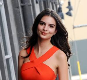 Emily Ratajkowski : toujours aussi canon dans son cropped top orange fluo
