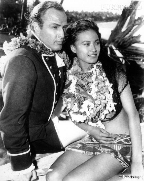 """Marlon Brando et l'actrice polynésienne Tarita Teriipaia, sur le tournage des """"Révoltés du Bounty"""", en 1962. Ils sont restés ensemble pendant dix ans."""