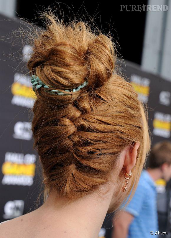 La coiffure de Bella Thorne en jette et pourtant, elle n'est pas très difficile à reproduire. Démarrez une tresse indienne sur la nuque tête en bas et lorsqu'elle arrive au sommet du crâne, twistez les longueurs et attachez-les avec élastique original ou des épingles.
