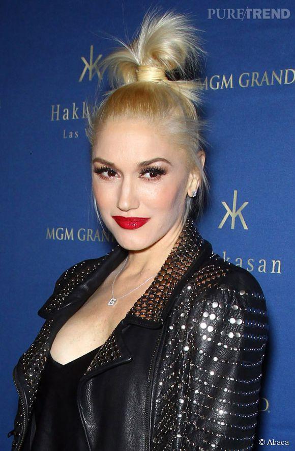 Le chignon façon 90's plaira à celles qui, comme Gwen Stefani, possède un petit côté punk. Les cheveux sont coiffés en une queue de cheval puis fixés en un chignon  ébouriffé  grâce à une mèche préalablement laissée libre.