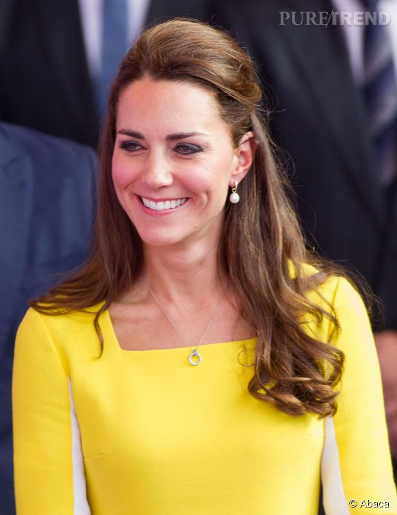 Sehr Kate Middleton porte la demi-queue de cheval avec classe. RJ06