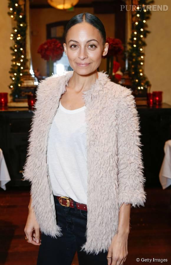 Nicole Richie lors de l'évènement caritatif de Noël pour lequel elle s'est fait prêter une veste par sa fille de 6 ans.