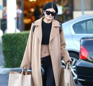 Kylie Jenner : manteau camel et ventre à l'air à L.A., un look à copier !