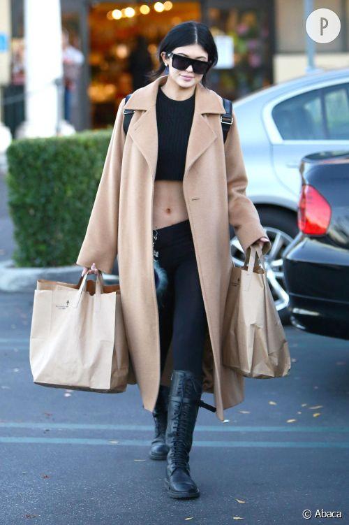 Kylie Jenner, en manteau en laine et le ventre à l'air !