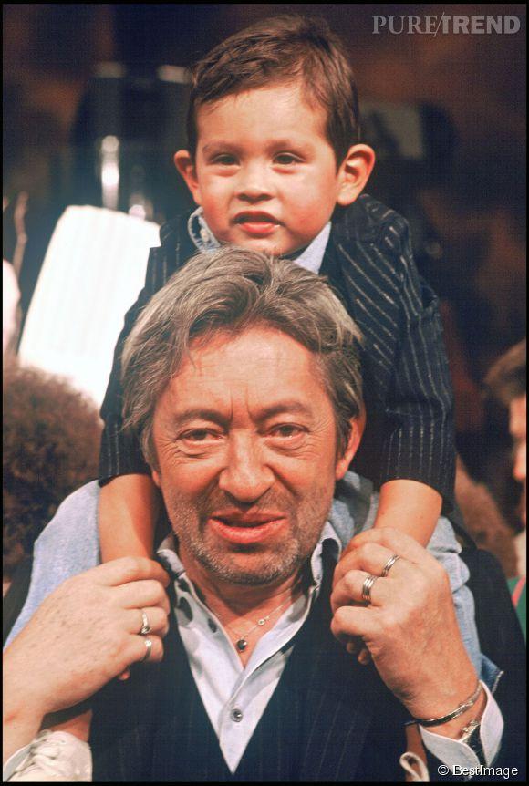 """Lulu et son père, Serge Gainsbourg, photographiés sur le plateau de """"Sacrée Soirée"""", en 1988."""