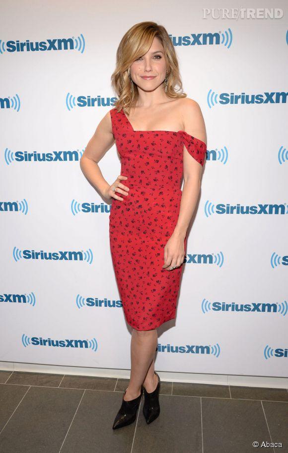 Sophia Bush dévoile ses épaules dans une robe bustier.