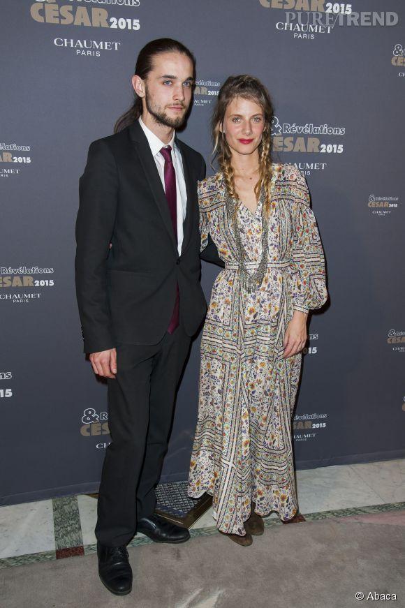 Mélanie Laurent, confort et élégance dans une robe longue fleurie.