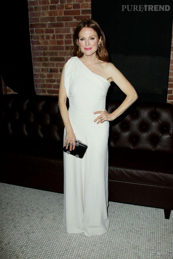 Julianne Moore, resplendissante et sensuelle dans une robe longue blanche.