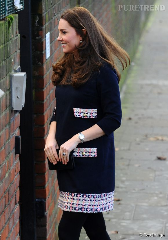 Kate Middleton a enfin révélé ses rondeurs de future maman. Le ventre rond est désormais bien présent sous les vêtements de la belle.