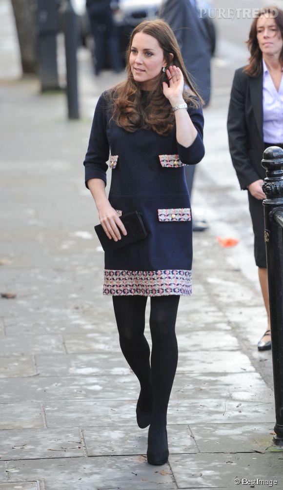 Kate Middleton, élégante, féminine et en pleine forme pour sa visite à l'école Barbly.