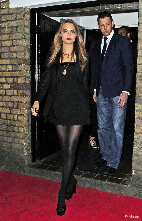 A la nuit tombée, Cara Delevingne a opté pour la micro robe noire et montré à tout le monde ses jolies jambes.