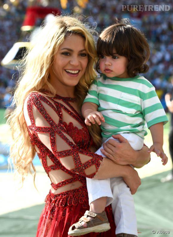 Shakira, rayonnante avec son fils aîné Milan, né en janvier 2013. Elle vient de donner naissance à un deuxième garçon.
