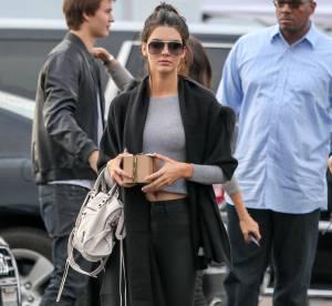 Kendall Jenner : top gris et cape noire, son look à shopper