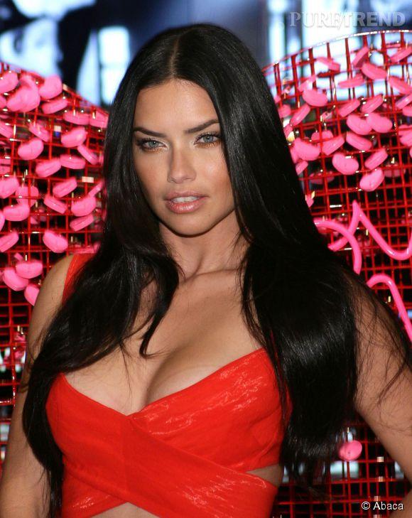 Adriana Lima, un décolleté de folie pour jouer les Valentine.