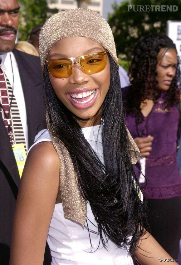En 2000, Brandy est au top de la mode (même si ça fait mal de le dire) avec son foulard en lurex et ses lunettes masque teintées.