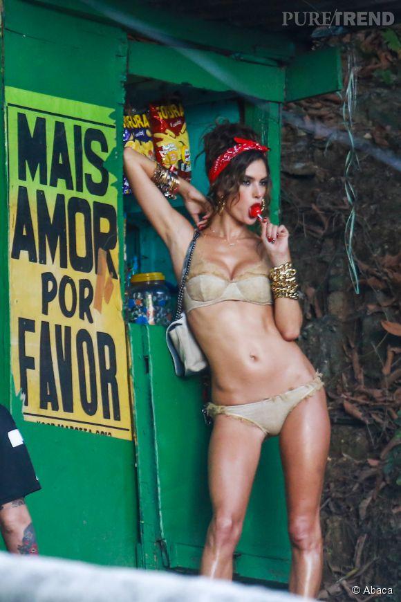 Alessandra Ambrosio adore se balader en bikini à la plage.