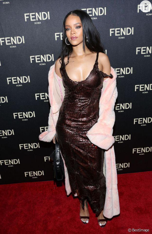 Dans un manteau en fourrure rose pâle et une robe près du corps, Rihanna n'est pas passée inaperçue ce vendredi 13 février 2015.