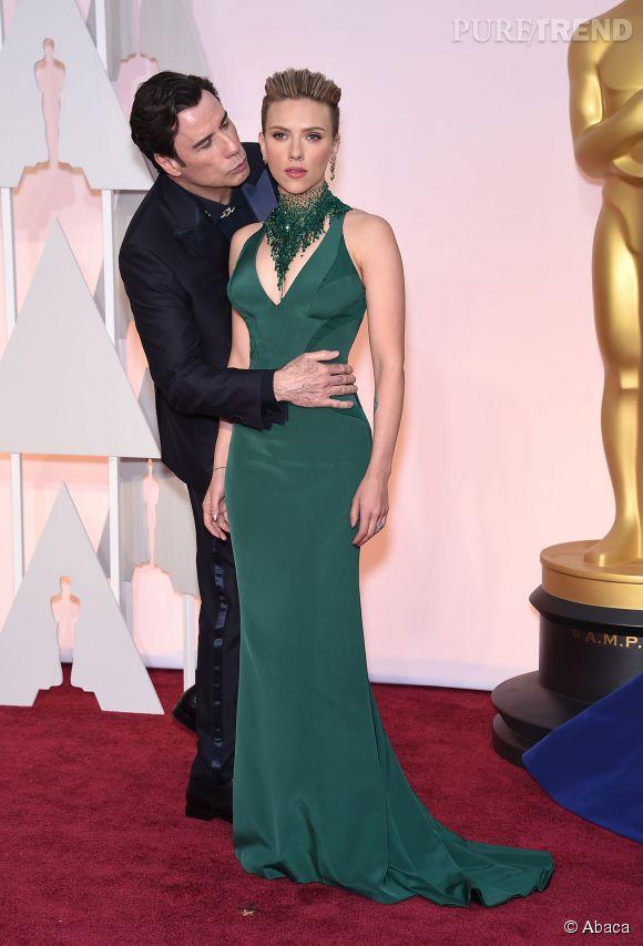 Ce cliché de John Travolta et Scarlett Johansson aux Oscars 2015 a fait le tour de la Toile, provoquant les moqueries des internautes.
