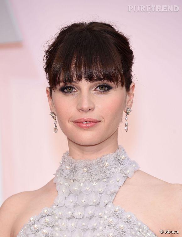 Aux Oscars 2015, Felicity Jones s'est affichée avec une frange longue qui lui mange le visage. On n'oublie pas de régulièrement la faire couper pour y voir plus clair.
