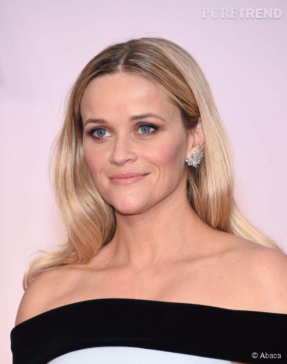 Aux Oscars 2015, Reese Witherspoon a misé sur les cheveux plaqués et la raie au milieu. Dommage, cela accentue son grand front.
