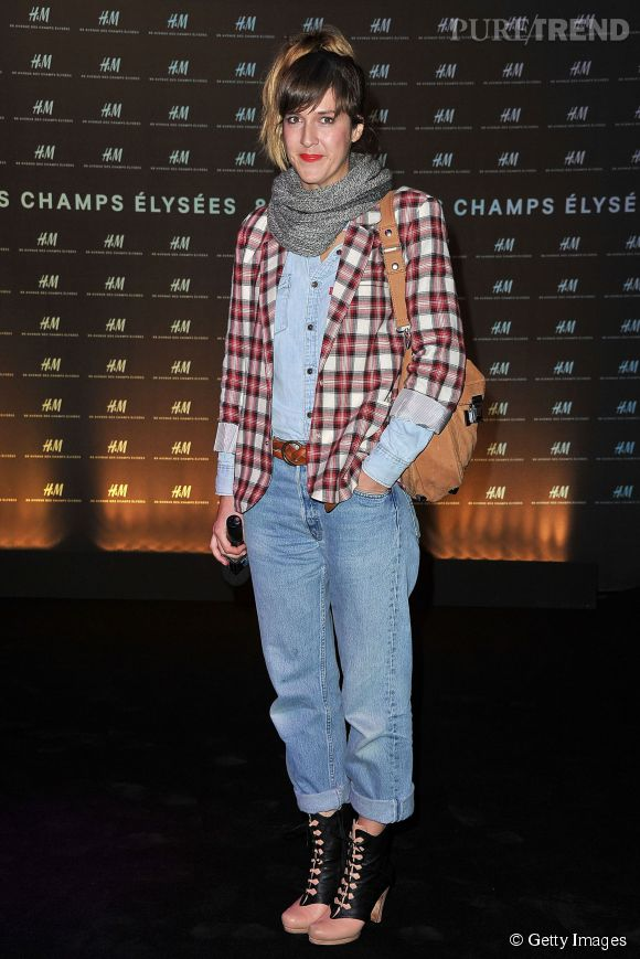 Daphné Burki dompte le pantalon boyfriend en 2010 avec des bottines/sabots ultra-féminins. Un style inspirant.