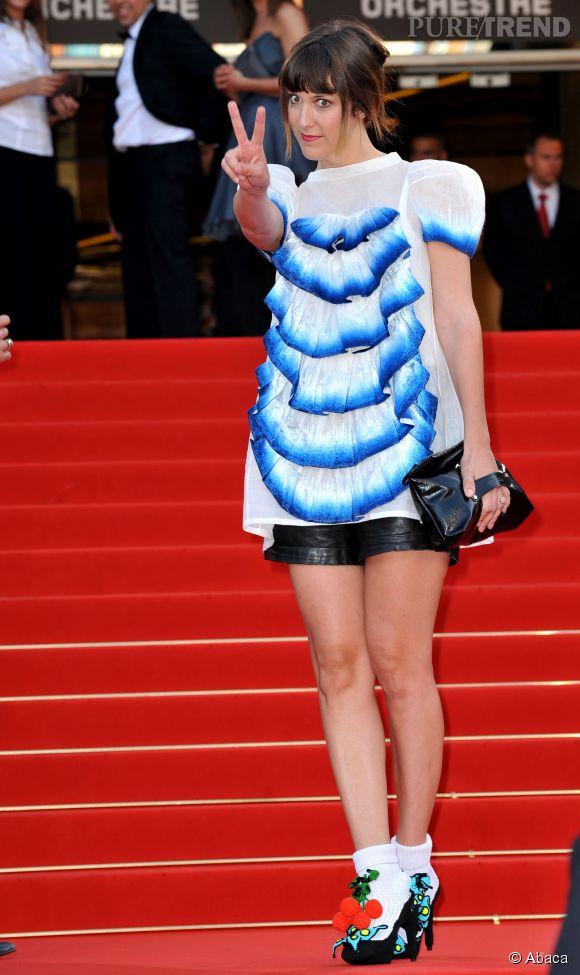 Daphné Burki, lors du Festival de Cannes 2009 : blouse à froufrous et escarpins déjantés, le combo de choc !