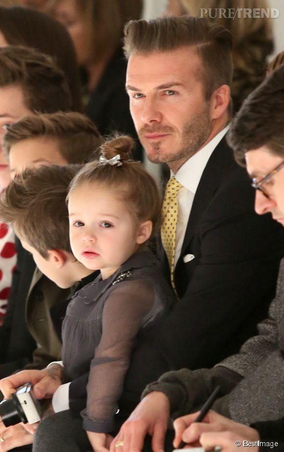 Harper Beckham et son père lors du défilé Victoria Beckham en février 2014.