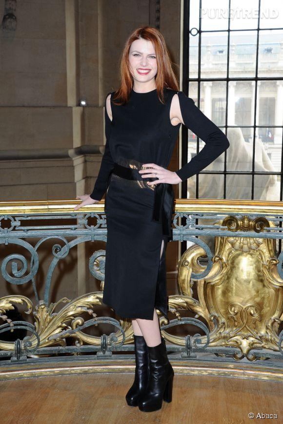 Elodie Frégé, plus pointue que d'habitude dans son choix vestimentaire pour le défilé Guy Laroche.