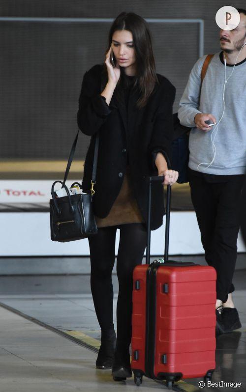 Emily Ratajkowski, un look casual à son arrivée à Paris pour la Fashion Week.