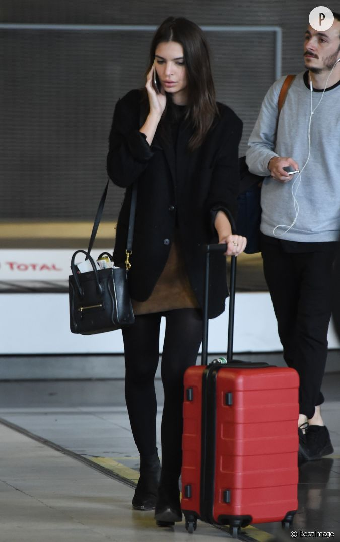 emily ratajkowski une tenue casual et chic son arriv e paris. Black Bedroom Furniture Sets. Home Design Ideas