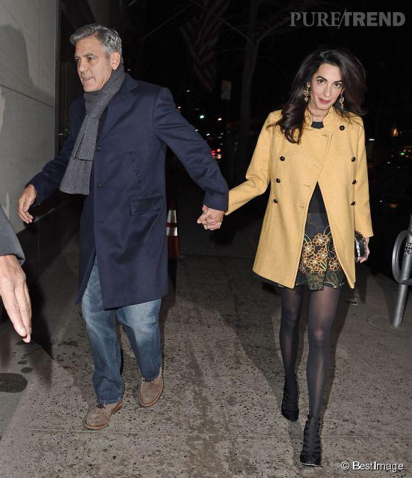 C'est main dans la main que George Clooney et sa femme Amal sortent tranquillement du restaurant à New-York le 7 mars 2015.