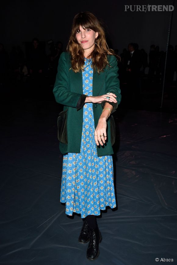 Lou Doillon bouscule les codes de la Fashion Week avec un look rétro et extravagant.