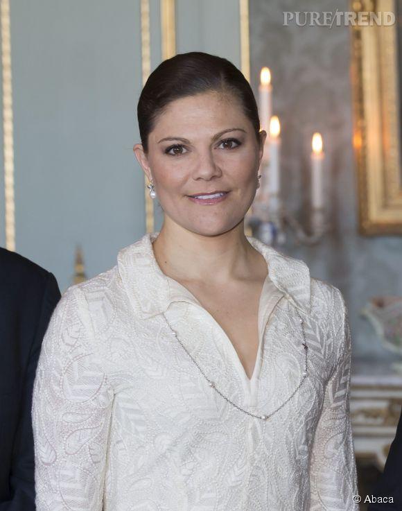 Victoria de Suède, raffinée en broderies et perles.