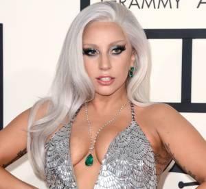 Lady Gaga après la poitrine à l'air, le décolleté osé