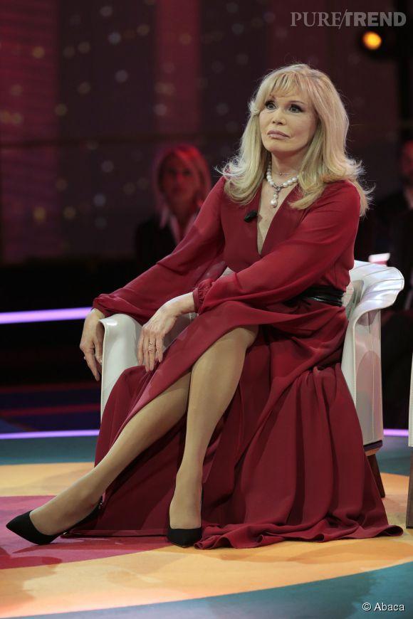 """Amanda Lear sur le plateau de l'émission """"Grand Hotel Chiambretti"""" à Milan en Italie."""