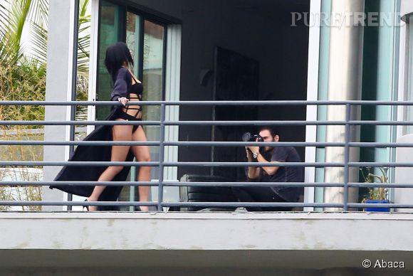 Kylie Jenner prend la pose en monokini à Hollywood.