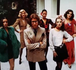 Yves Saint Laurent entouré de ses mannequins dans son jardin rue de Babylone, Paris 6ème. 1971.