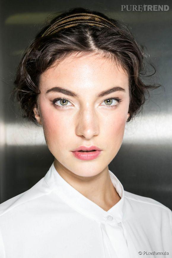 Le headband est un accessoire aussi bien pratique que tendance pour faire un chignon facile. Inspiration : défilé Dolce & Gabbana.