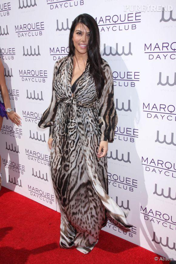 Kourtney Kardashian a mis la mauvaise robe samedi 21 mars 2015, mais en plus elle s'affiche avec son tire-lait sur Instagram!