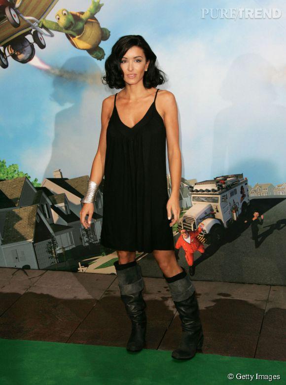 Jenifer, sexy dans une simple petite robe noire à Paris en juin 2006.