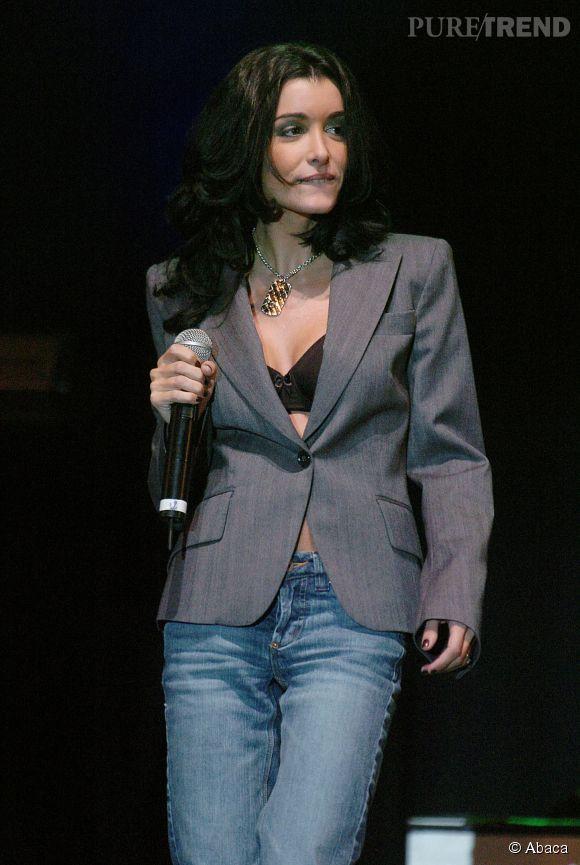 Jenifer, sexy avec une simple veste grise laissant apparaitre un soutien-gorge noir en Belgique en septembre 2004.